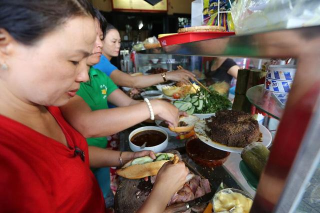 Tiệm bánh mì Phượng nổi tiếng tại Hội An, giá 15.000/1 chiếc. Vào lúc đông khách 3 người liên tục làm bánh cho khách không ngơi tay.