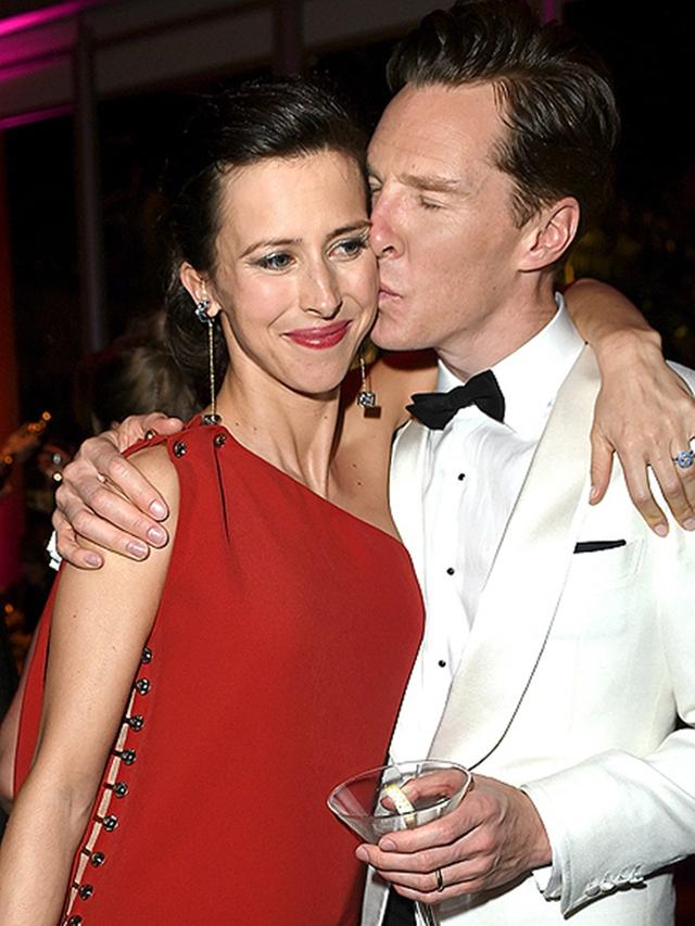 Benedict Cumberbatch cũng âu yếm hôn vợ anh - Sophie Hunter.
