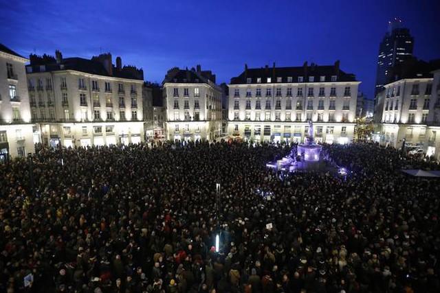 Cung điện Hoàng gia ở thành phố Nantes, Pháp, chật kín người tưởng niệm cho các nhà biếm họa của Charlie Hebdo.