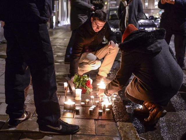 Những ngọn nến được thắp lên ở bên ngoài Đại sứ quán Pháp tại Stockholm, Thụy Điển.
