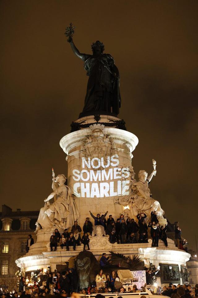 Ước tính 35.000 người đã có mặt tạo quảng trường Republique ở Paris trong sự tiếc thương với các nạn nhân.
