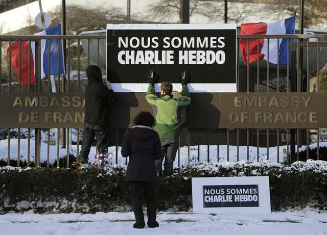 Tấm bảng lớn có dòng chữ Tất cả chúng ta đều là Charlie Hebdo được các nhân viên treo lên trước cổng của Đại sứ quán Pháp ở Washington, Mỹ.