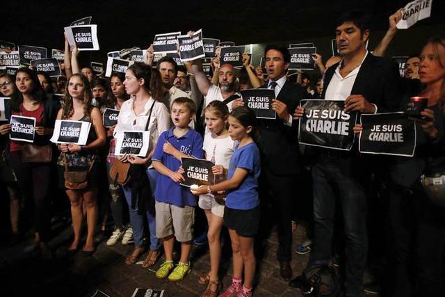 Trẻ em cùng người lớn bày tỏ sự ủng hộ với tờ biếm họa nổi tiếng của Pháp tại đại lộ Paulista, TP Sao Paulo, Brazil.