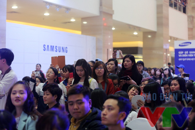 Hàng nghìn fan Việt đã có mặt từ sớm để nhìn thấy dung nhan thần tượng của mình