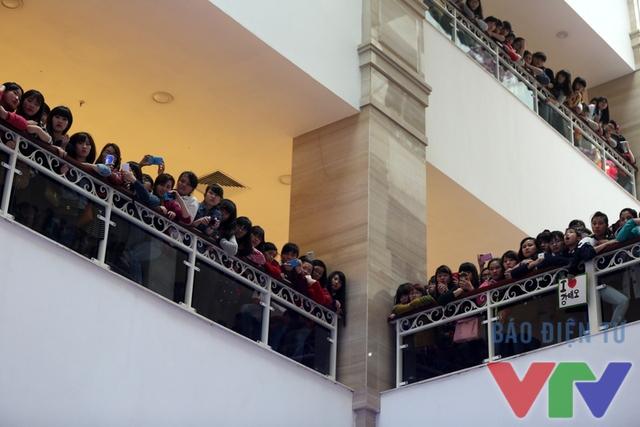 Không chỉ riêng tại sảnh G, cả ba tầng phía trên cũng đông kín các fan của bộ phim Tuổi thanh xuân