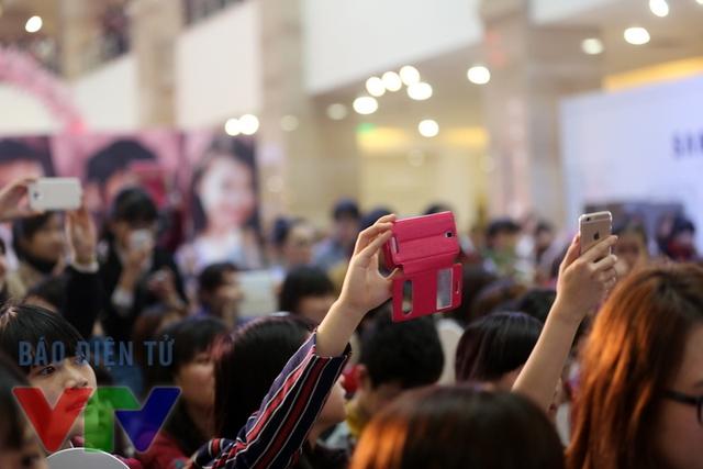 Rất nhiều chiếc điện thoại đã được giơ cao chỉ để ghi lại từng khoảnh khắc của mỹ nam Hàn Quốc