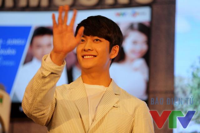 Kang Tae Oh không giấu nổi niềm hạnh phúc khi chứng kiến tình cảm của fan Việt dành cho mình