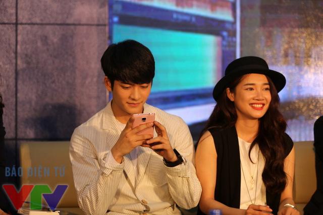 Trong buổi giao lưu, có những lúc, Kang Tae Oh chỉ tập trung vào chiếc điện thoại mà quên đi người tình màn ảnh xinh đẹp đang ngồi kế bên