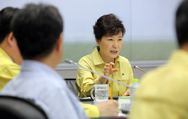Bà Park Geun Hye trong một buổi họp với các chuyên gia nhằm đưa ra những giải pháp kiểm soát dịch MERS hôm thứ 2 vừa qua (Ảnh: Yonhap)