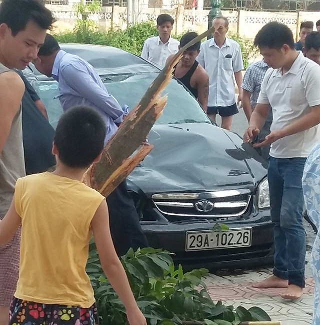 Ô tô đâm gãy một cây xanh trên vỉa hè.
