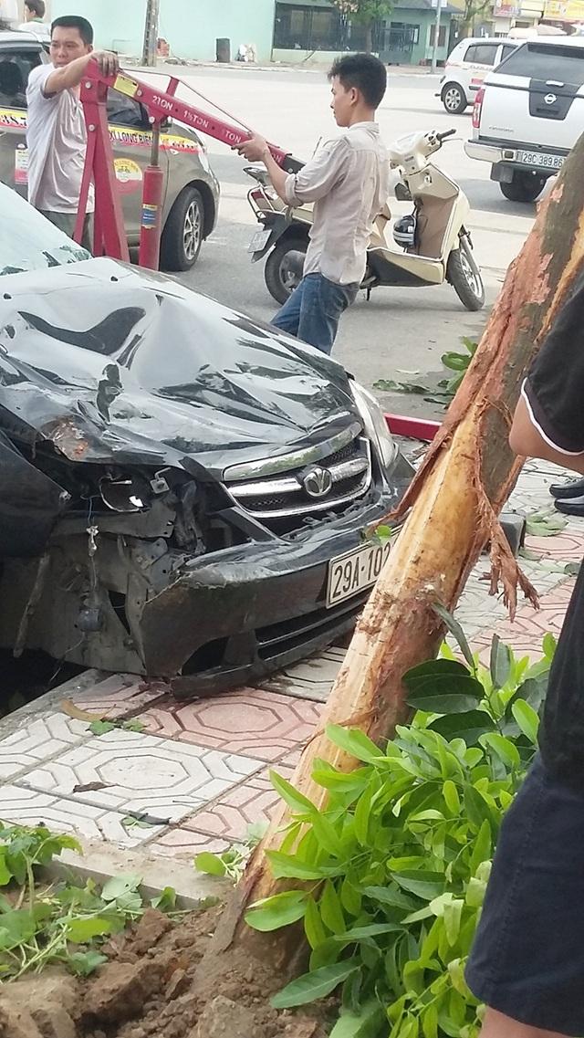 Chiếc xe bị hư hỏng nặng phần đầu.