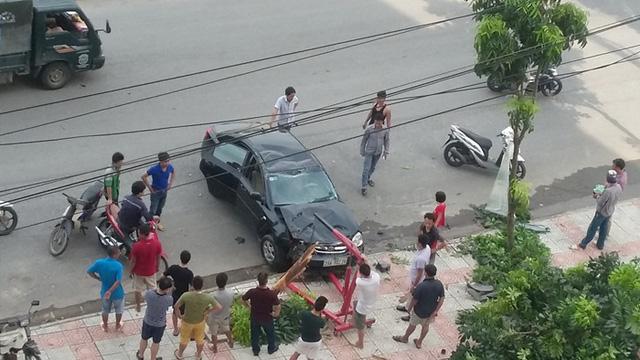 Nhân viên sửa chữa chuẩn bị đưa chiếc ô tô tới gara.