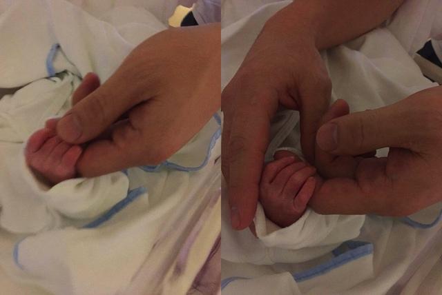 Bức ảnh Kwon Sang Woo nắm tay con gái.