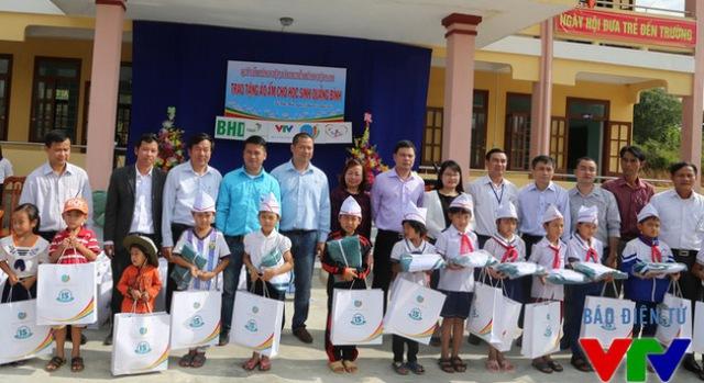 Đại diện Quỹ tấm lòng Việt - Đài THVN cùng các nhà tài trợ đến từ Công ty BHD, công ty Tân Hiệp Phát và công ty TNHH Long Hải trao áo ấm cho học sinh nghèo tỉnh Quảng Bình