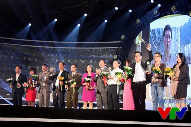 Ông Phạm Việt Tiến - Phó Tổng Giám đốc Đài THVN, Chủ tịch LHTHTQ lần thứ 35 đã trao giải thưởng cho các đơn vị có tác phẩm thuộc thể loại Phóng sự và Phim tài liệu đạt giải Vàng