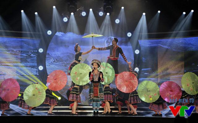 Ca sĩ Bảo Yến trình diễn tiết mục Khổng mí nhùa (hát ru - dân ca HMông) để khép lại lễ bế mạc và trao giải LHTHTQ lần thứ 35