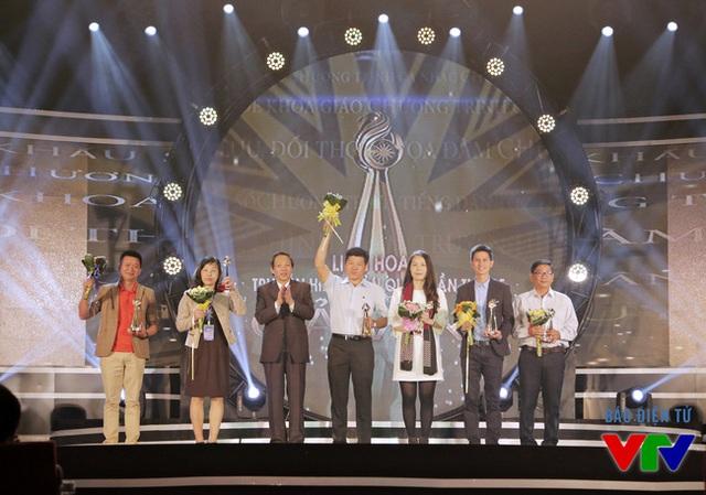 Ông Hoàng Đăng Quang - Bí thư tỉnh ủy, Trưởng đoàn đại biểu quốc hội tỉnh - trao những giải Vàng đầu tiên thuộc thể loại Chương trình truyền hình tiếng dân tộc thiểu số và Chương trình Giao lưu - Đối thoại - Tọa đàm