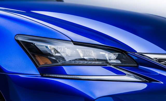 Đèn pha LED của xe được cách điệu với đường nét sắc bên dưới