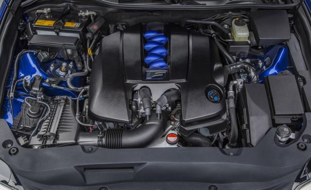 Bên dưới nắp ca-pô là động cơ nạp khí tự nhiên V8 với dung tích xi-lanh 5 lít, cho công suất 467 mã lực, mô-men xoắn 527 Nm