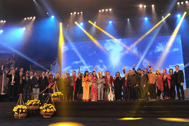 Các nghệ sĩ, khách mời cùng lên sân khấu và cất vang lời ca của Bài ca không quên.