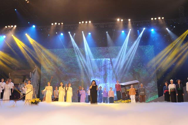 Tiết mục Bài ca không quên của Cẩm Vân khép lại Gala Giai điệu tự hào 2014.