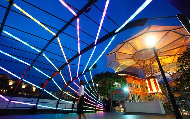 Những bóng đèn đặc biệt mừng Giáng sinh ở Clarke Quay, Singapore
