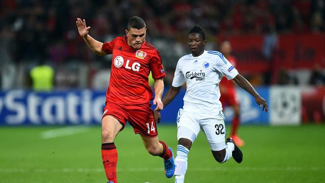 Kyriakos Papadopoulos (áo đỏ) đang thi đấu cho Bayer Leverkusen theo dạng cho mượn từ Schalke 04.