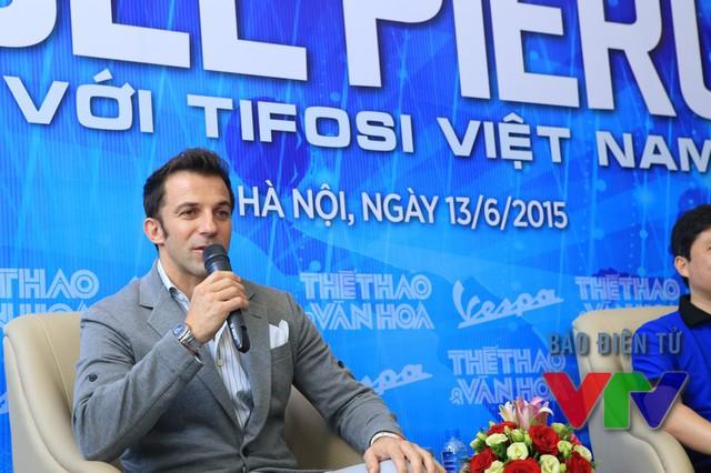 Del Piero lần lượt trả lời các câu hỏi của CĐV có mặt tại buổi giao lưu cũng như các câu hỏi trực tuyến.