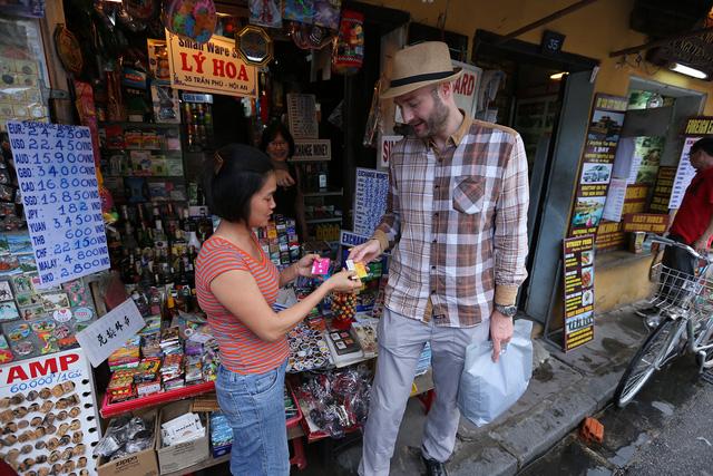 Du khách nước ngoài đến Hội An thường chọn gói cước dành riêng cho mình (Tourist Sim của Viettel) để có thể thoải mái lướt web với 3G, gọi điện quốc tế và nhắn tin với giá rẻ. Bộ kit dành cho du khách của Viettel có sim Nano và Micro nên người dùng iPhone sẽ không phải cắt sim mà có thể lắp vào máy di động để dùng ngay.