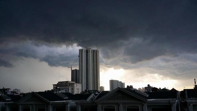 Hình ảnh bầu trời phủ đầy mây đen khi cơn dông ập đến