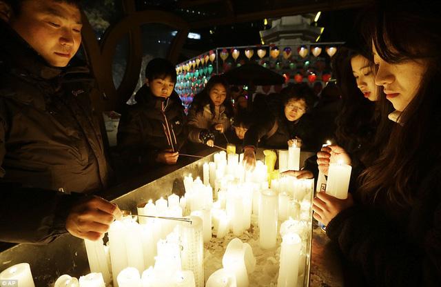 Người dân xứ sở Kim Chi thắp sáng đêm cuối cùng của năm 2014 bằng những ngọn nến