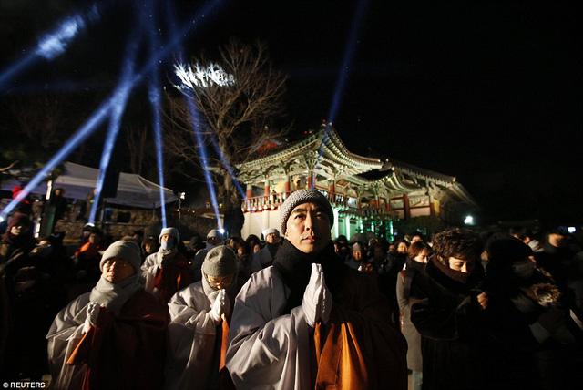 Các nhà sư làm lễ cầu nguyện tại đền Bongeun, Seoul