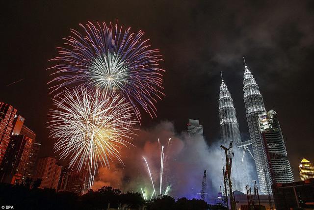 Thủ đô Kuala Lumpur rực rỡ trong khoảnh khắc chuyển giao năm mới