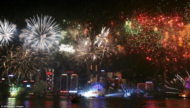 Bến cảng Victoria ở Hong Kong trong bữa tiệc ánh sáng chào đón năm 2015