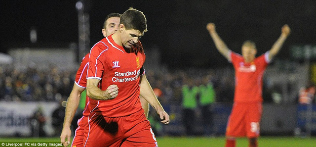 Steven Gerrard ghi cả 2 bàn trong chiến thắng 2-1 của Liverpool