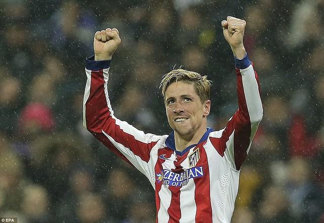 Fernando Torres lập một cú đúp giúp Atletico Madrid chính thức vượt qua Real Madrid