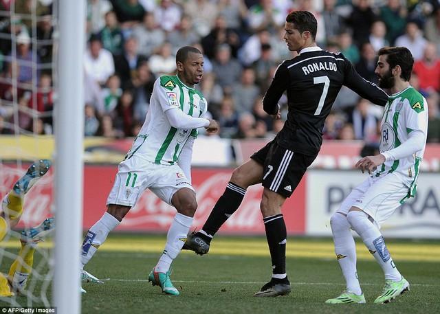 Cris Ronaldo đá Edimar Fraga của Cordoba