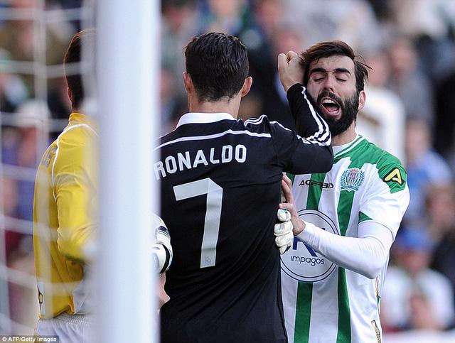 Cris Ronaldo đấm Angel Crespo của Cordoba
