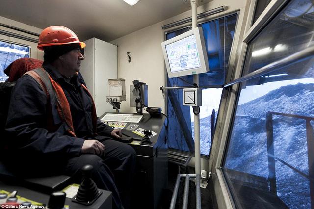 Cần tới 27 thợ mỏ để vận hành cỗ máy