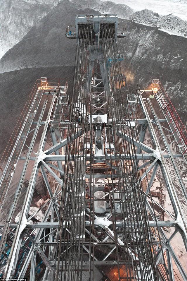 Nhìn từ bên trên cỗ máy khổng lồ