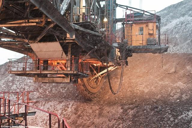 Chiếc cưa máy khổng lồ có thể xẻ đôi bất cứ thứ gì, kể cả những ngọn núi than to lớn