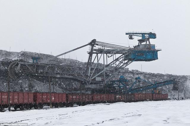 Các xe chở than được khai thác bằng cỗ máy khổng lồ