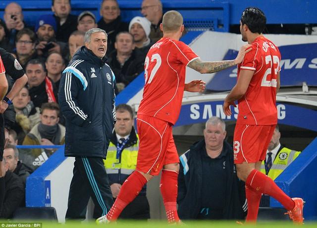 HLV Mourinho lời qua tiếng lại với các cầu thủ Liverpool