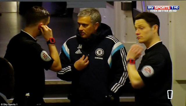 HLV Mourinho không rõ đã nói gì với trọng tài Michael Oliver