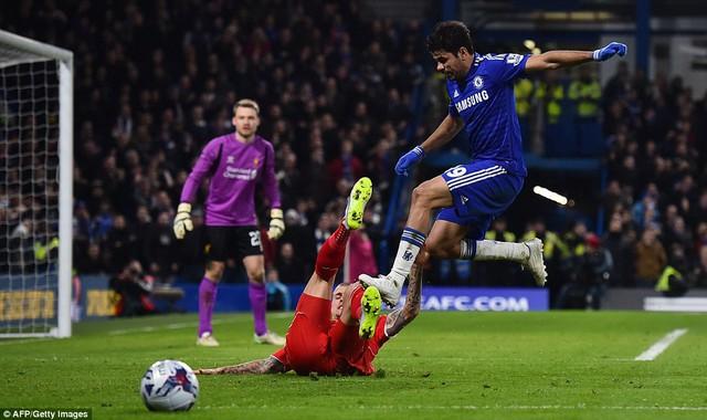 Diego Costa cố tình đạp vào chân của Martin Skrtel (Liverpool)