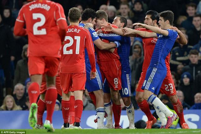 Không chỉ Diego Costa và Martin Skrtel, cầu thủ hai đội cũng đã lao vào nhau