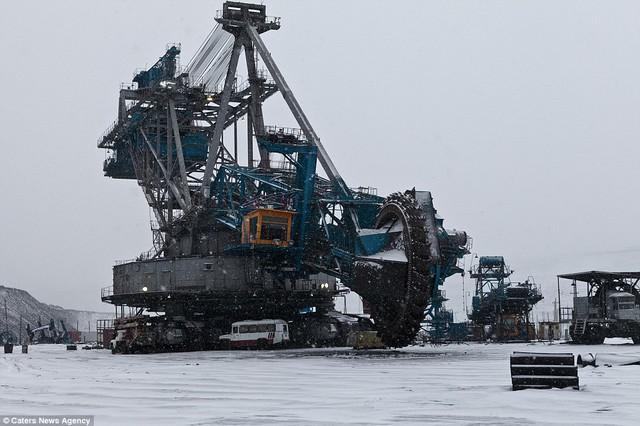 Lưỡi cưa của cỗ máy là một vòng bánh xe khổng lồ có bán kính lên tới gần 12 mét