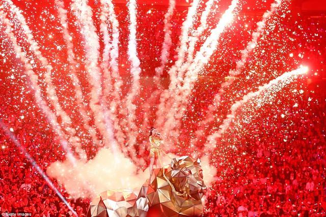 Một trong những hình ảnh đáng nhớ nhất đêm so tài đỉnh cao Super Bowl là màn bắn pháo hoa trên lưng hổ