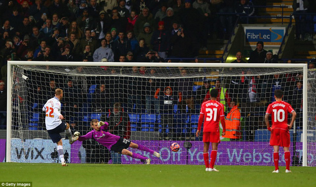 Eidur Gudjohnsen mở tỷ số cho Bolton Wanderers  từ chấm phạt đền