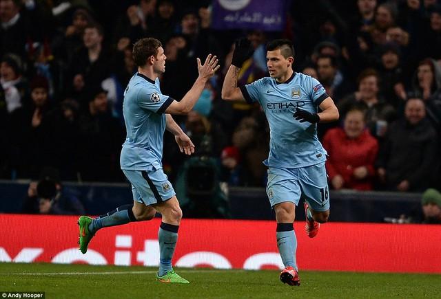 Sergio Aguero vớt vát hy vọng cho Man City với bàn thắng rút ngắn tỷ số xuống còn 1-2